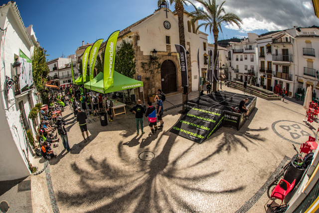 It's always nice to finish a race in a sunny town square in southern Spain. Photo by Ale di Lullo.