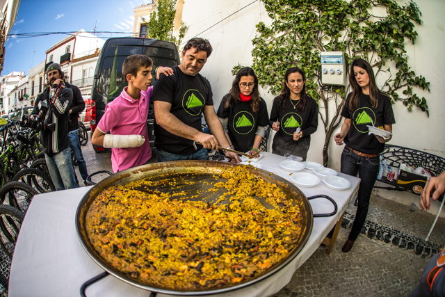 Who needs post-ride recovery drinks when you have cold beer and hot paella? Photo by Ale di Lullo.