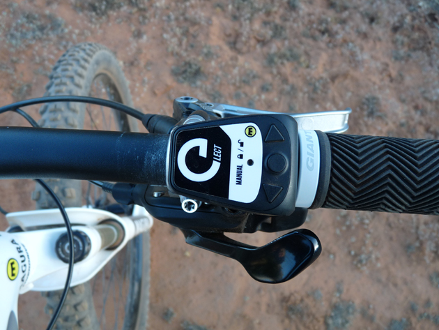 The eLect fork uses a handlebar-mounted remote to toggle between auto and manual modes.