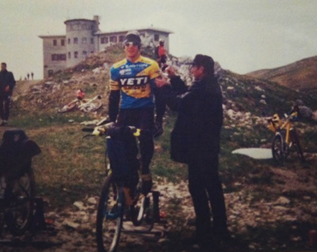 Mert Lawwill pinning a race number on Voreis in 1996. Nevagal, Italy. PHOTO: Courtesy Kirt Voreis