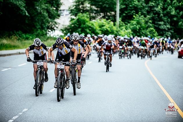 The first hill and the race is on. Yellow is a popular color at the front.   Photo by Margus Riga