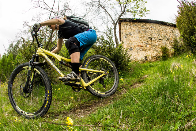 Katie Zaffke, Juliana's brand manager, shreds the new Furtado in Southern France. Photo: Sven Martin