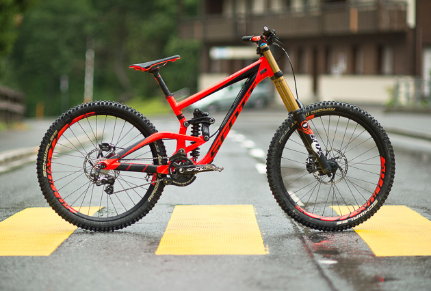 Even though at first glance the new 2015 Gambler 710 looks strikingly similar to the version they released in 2012, this new 27.5-inch model has been completely overhauled to accommodate both the 26-inch and 27.5-inch wheels, while still maintaining 210 millimeters of rear wheel travel and the ability to have nearly the same geometry regardless of wheel size. Photo: Keno Derleyn
