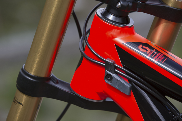 It's not all about adjustability on the Gambler, there are clever details with the cable routing as well. This new integrated cable guide/fork bumper leads the rear brake and shifter toward the rear linkage, where the rear shifter cable runs internally through the seat stay, while the rear brake continues to run externally, ensuring that brake breeds are kept easy. Photo: Martin Bissig