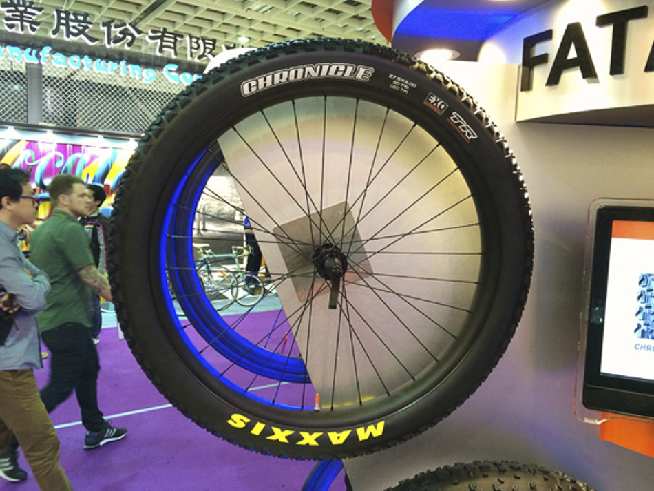 Most of the major tire manufacturers have long been working on 27.5-plus models, and Maxxis seems to be at the forefront of this trend, along with brands such as WTB, CST, Vee Rubber, Specialized and Schwalbe. At the Taipei show, the majority of companies were showing tires with a width of 3.0, such as this Chronicle from Maxxis.